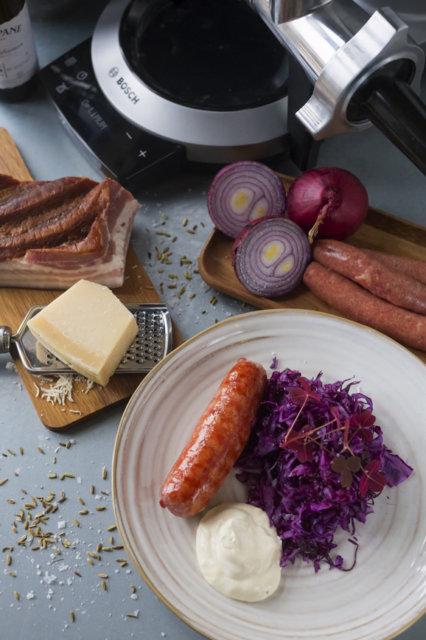Salsiccia-makkaroita ja punakaalisalaattia