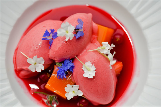 Krapin kukkia Suomelle; sireeninkukkamarmeladia, mansikkasorbettia ja ruusunterälehtisiirappia