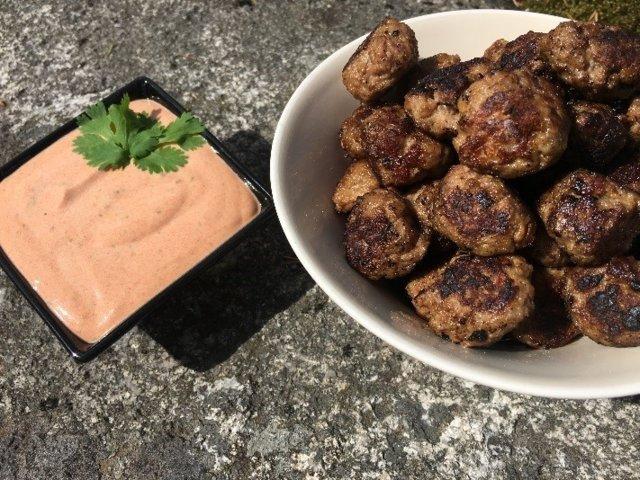 Coctail-lihapullat ja dippikastike